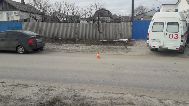 Внезапно вышла на дорогу: в пригороде Волгограда «Приора» сбила пожилую женщину