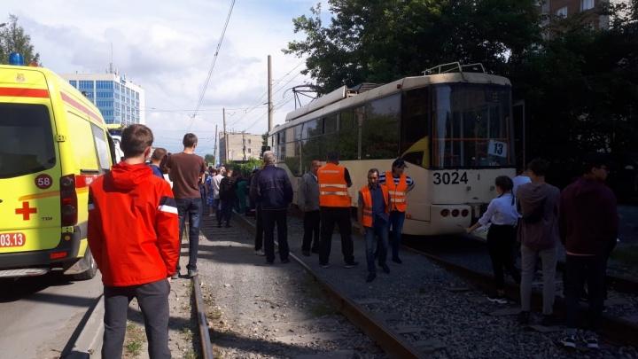 Пешеход решил перебежать пути на Воинской и погиб под колёсами трамвая №13