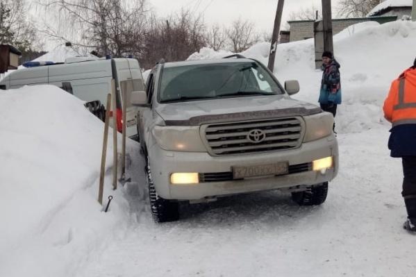 Машину скорой вытаскивали из снега полтора часа