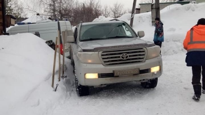 Главе района пришлось вытаскивать застрявшую в снегу машину скорой — это попало на видео
