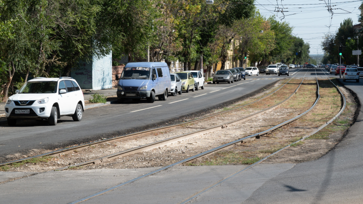 «Нам грузовики всё ломают»: в Волгограде остался незаконченным ремонт улицы Баррикадной