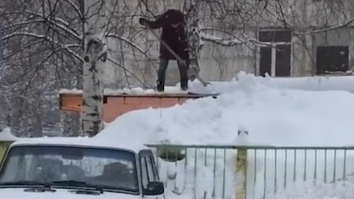 Одна и без страховки. Уфимец снял на видео сотрудницу детсада, балансирующую на краю крыши с лопатой