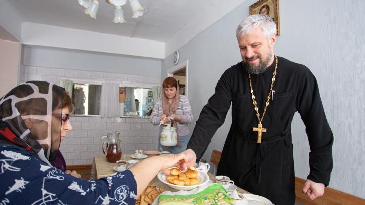 «Приручить» молитву: православный священник изучил язык жестов и проводит службы для глухих