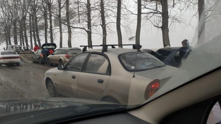 Бердское шоссе встало в огромной пробке — водители винят ДТП и дорожные работы
