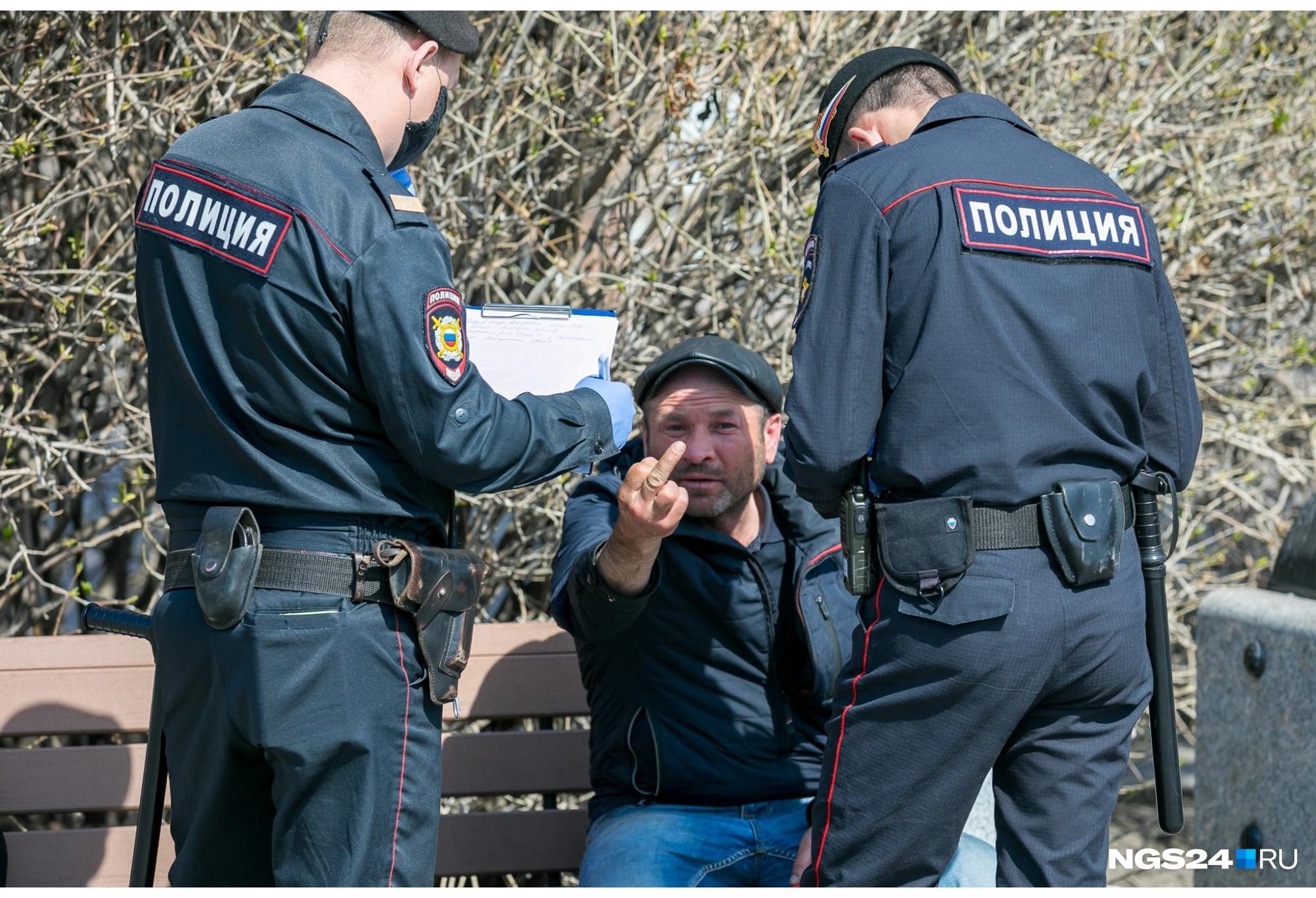 Перенесемся в Красноярск: обычный масочный рейд на Театральной площади и наглядный протест антимасочника