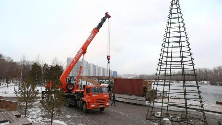 На Ярыгинской набережной впервые устанавливают новогоднюю елку