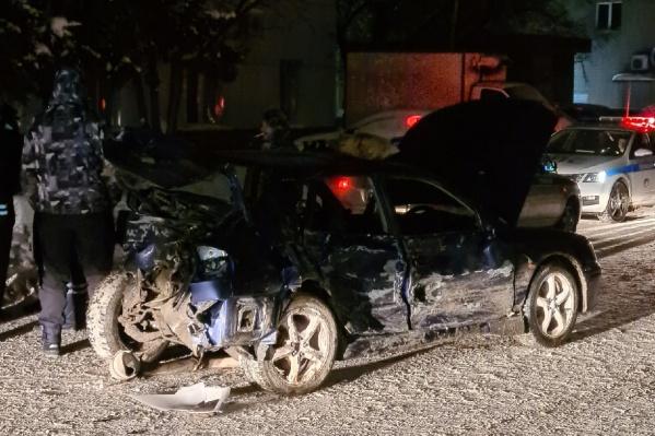 Автомобиль получил серьезные повреждения— его сильно смяло от столкновений с другими машинами