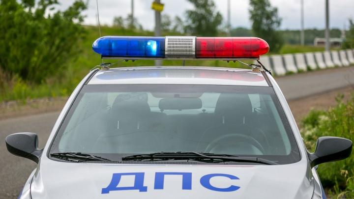 «Ну возьми! Никто ничего не увидит!» — водитель с поддельными госномерами пытался всучить взятку инспектору