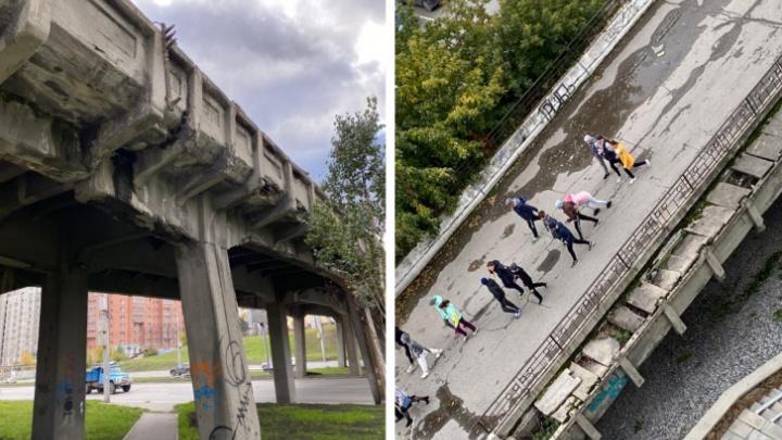 Прокуратура заставила власти отремонтировать пешеходный мост над Ипподромской магистралью