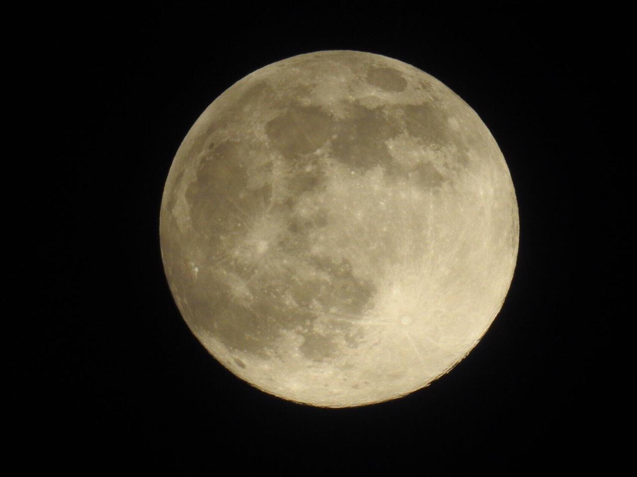 Немного уралмашевской Луны. Сегодня она на самом деле очень яркая и огромная