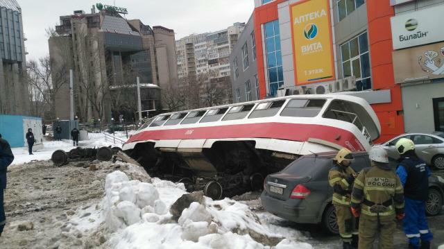 В Самаре трамвай опрокинулся на 4 машины у ТЦ «Апельсин»