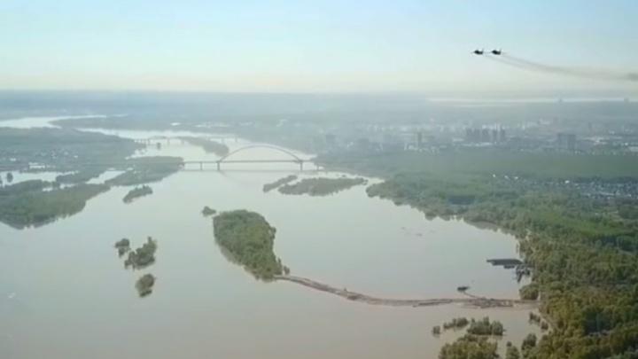Новосибирец показал с необычного ракурса, как истребители и вертолеты проносятся над городом