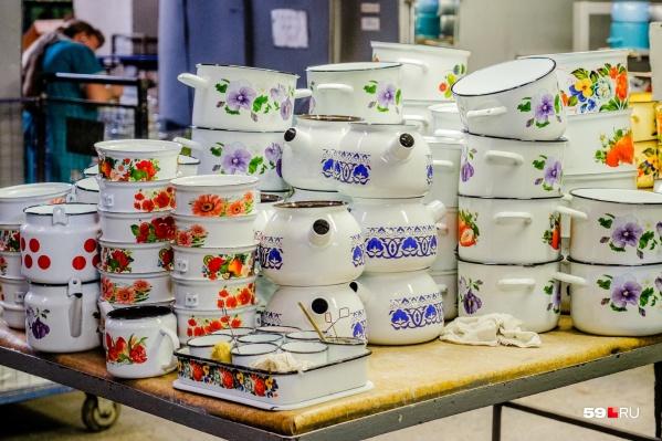Один из этапов изготовления кастрюль и чайников: рисунок уже нанесли, осталось добавить ручки и крышки