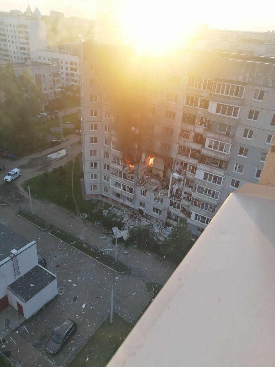 Окна отбросило на десятки метров от дома