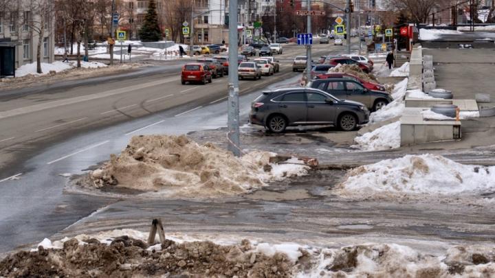 После критики Ильи Варламова возле Пенсионного фонда в Челябинске сделают тротуар и высадят деревья