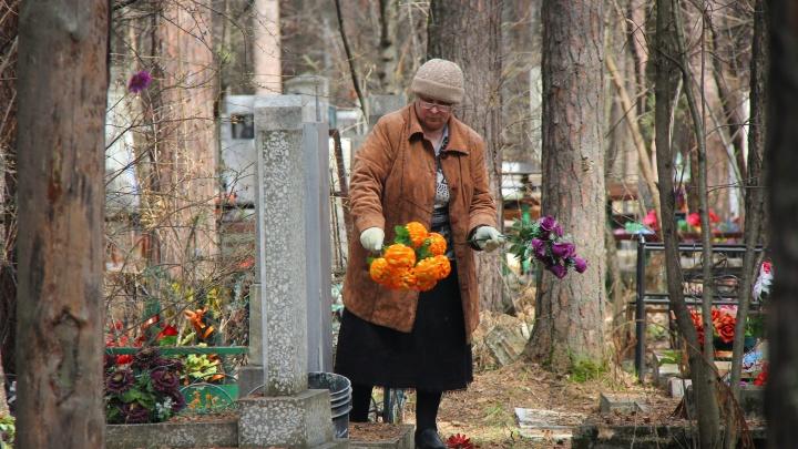 «У нас такой менталитет»: как уральцы поминали своих родных, несмотря на запрет посещать кладбища