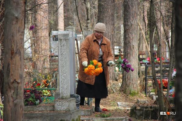 Жители города посетили кладбища и убрали могилы близких