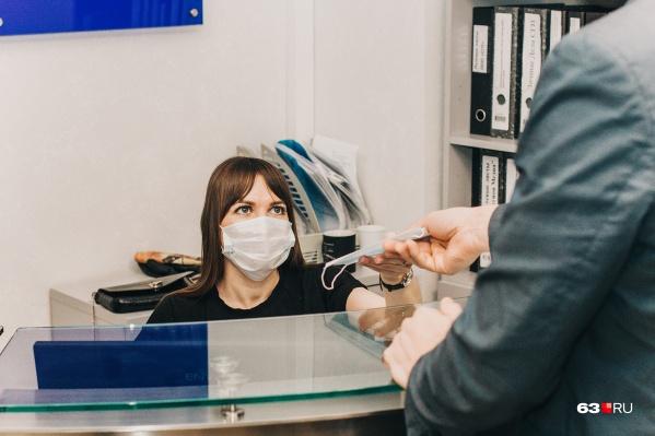 В некоторых организациях стали носить маски