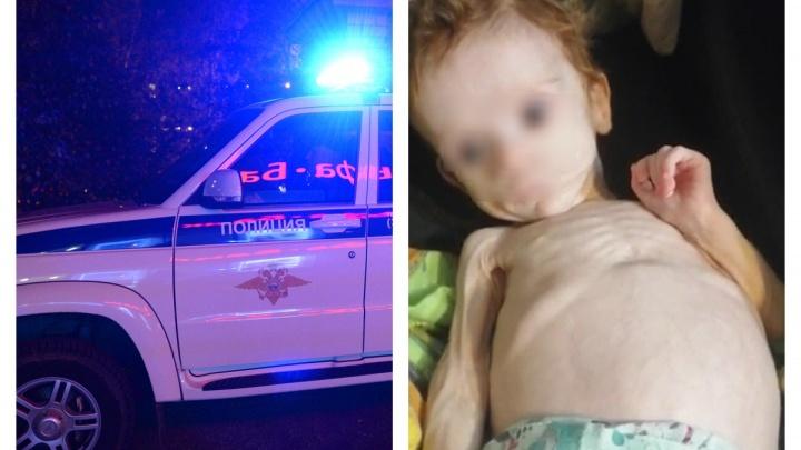 Ребенка нашли пьяные подруги: в Карпинске женщина родила дочь и полгода прятала ее в шкафу
