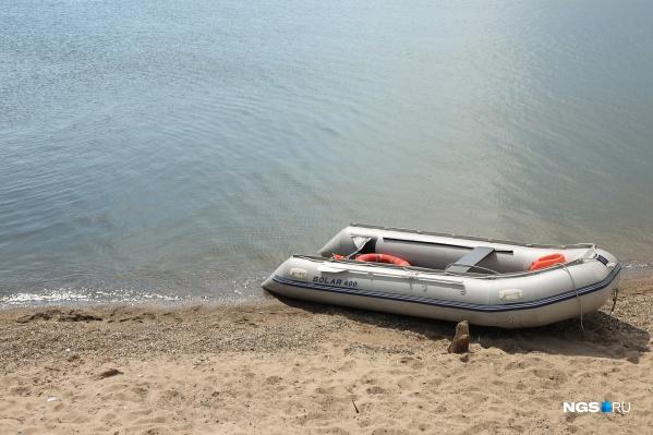 Одного из упавших в воду спасти не удалось