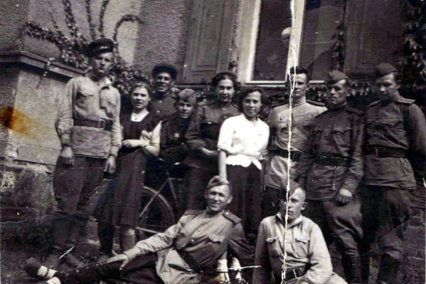 Этот снимок сделан уже после окончания войны, в Берлине. Но за ним — история жизни на войне от начала до ее конца выходца из Пинежского района Максима Морозова. Он — второй справа в верхнем ряду
