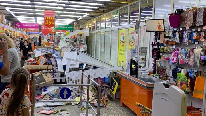 Теперь во всей сети устроят проверки: в «Галамарте» витрина рухнула в проход к покупателям