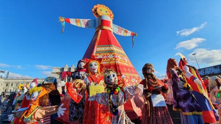 В Самаре на площадь Куйбышева завезли 150 кукол Маслен