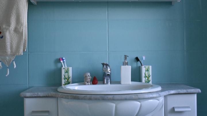 «Удалось отстоять биде для девочек»: челябинская семья променяла отпуск в Таиланде на ремонт в ванной