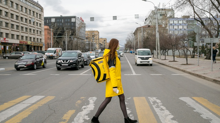 Девочка с желтым рюкзаком: каково это — быть курьером по доставке еды во время пандемии