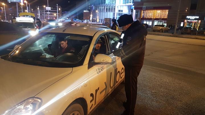 В Екатеринбурге ГИБДД ловила таксистов-нарушителей, а поймала нелегального мигранта