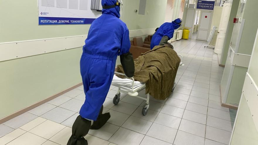 Репортаж из «красной» зоны: тюменский фотограф показал, что происходит в моногоспитале
