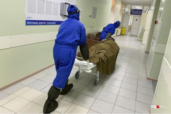 Пациента увозят из палаты в реанимацию