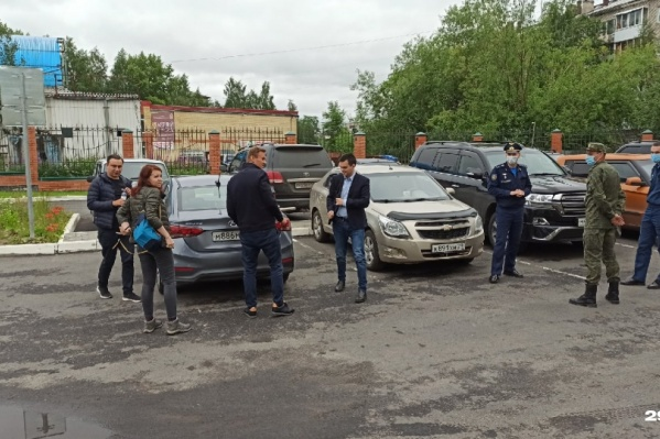 Навальный с пресс-секретарем ФБК и юристами около Архангельского гарнизонного военного суда
