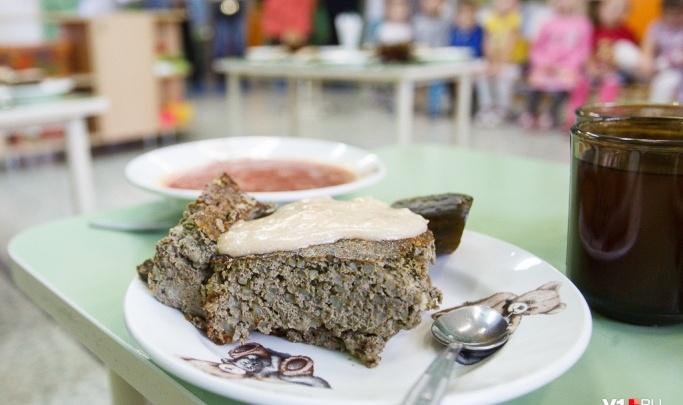 Макарошки, чай, печенье: мэрия Волжского назвала состав сухпайков для школьников