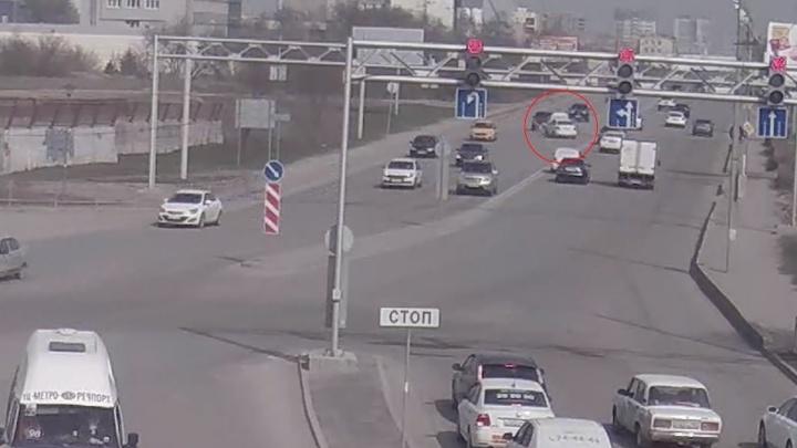 «Выехал на встречку»: в Волгограде в аварии пострадали водитель и женщина с двумя детьми