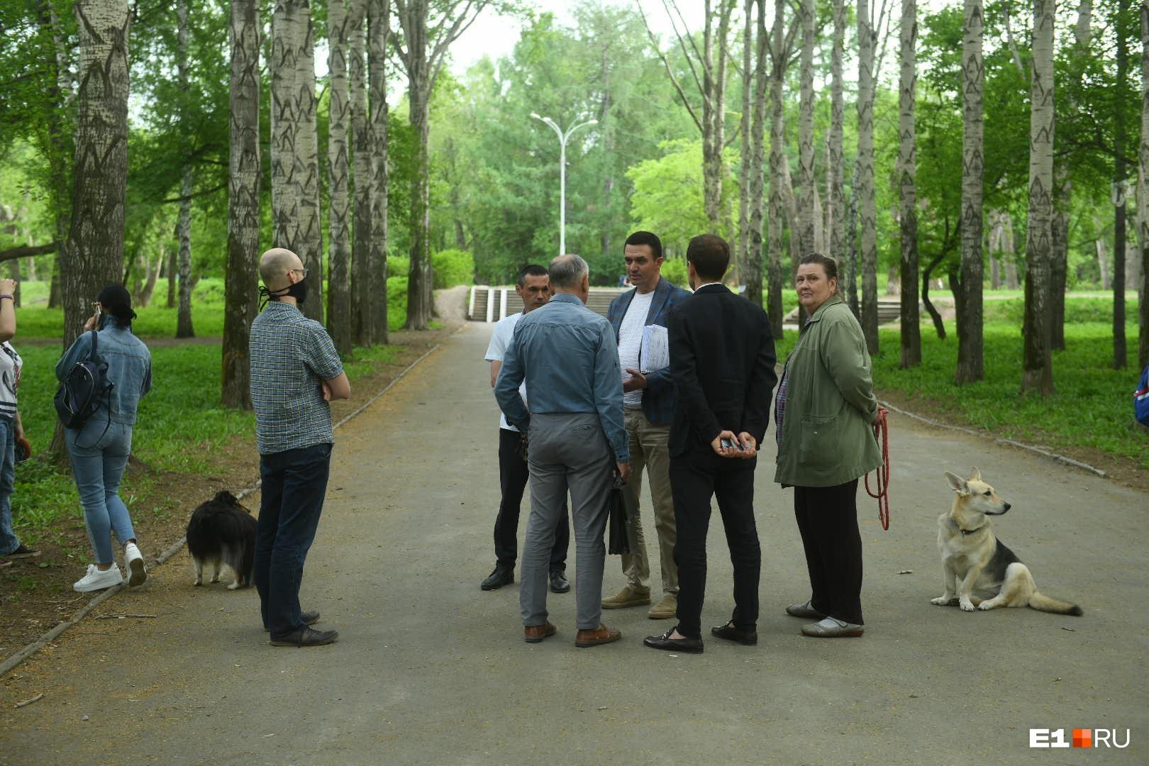 Владельцы собак просят перенести площадку для выгула ближе к Верх-Исетскому бульвару