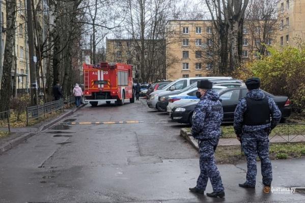 На месте работают полиция и ОМОН