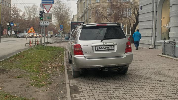 «7 лет я добивался». Читатель НГС рассказал, как заставил мэрию запретить хамскую парковку чудаков на Советской