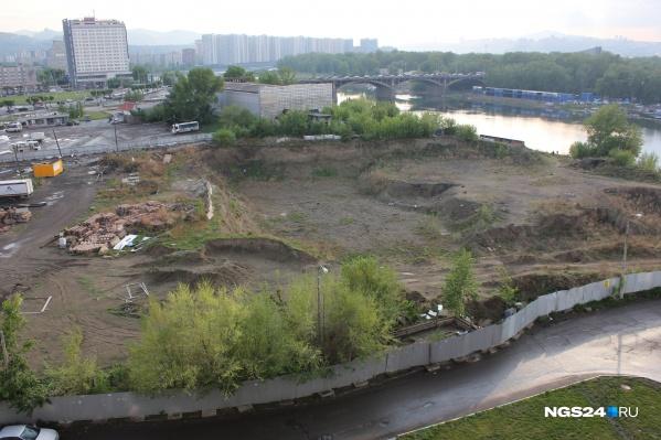 Котлован рядом с Предмостной вырыли ещё четыре года назад — здесь должен был вырасти торговый комплекс