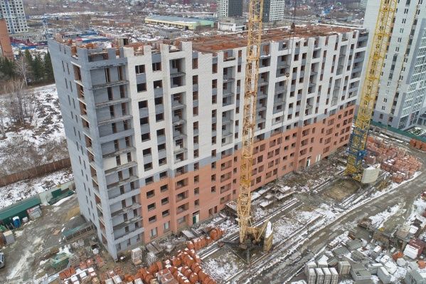 Дом на Комбинатской должен быть 16-этажным, но пока построены 12 этажей