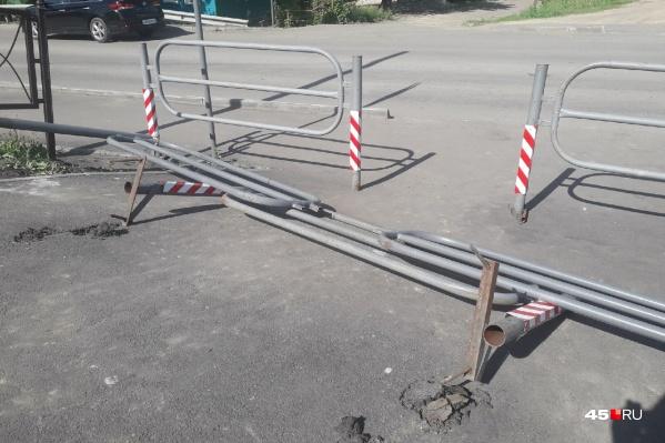 Ограждение на участке набережной в районе улицы Кирова вырвали вместе с асфальтом