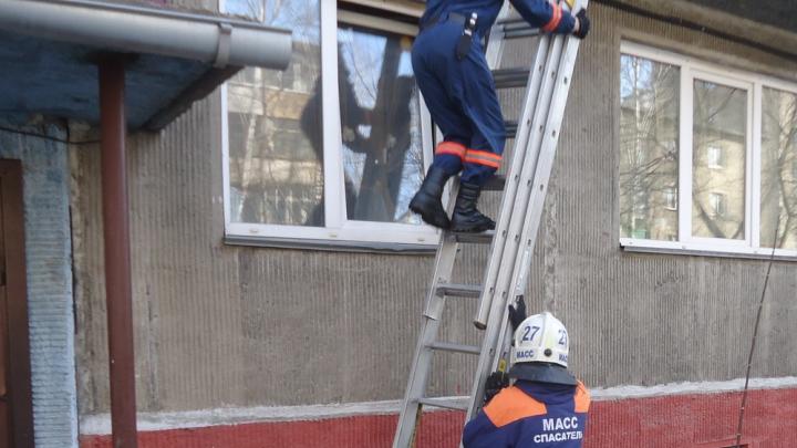 В Новосибирске годовалая девочка оказалась запертой на балконе. Рассказываем, где была её мать