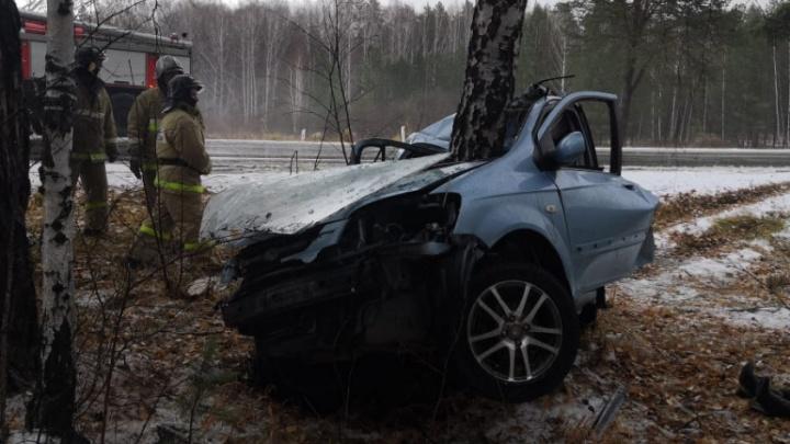 В Челябинской области женщина за рулем Hyundai разбилась насмерть, вылетев с трассы в дерево