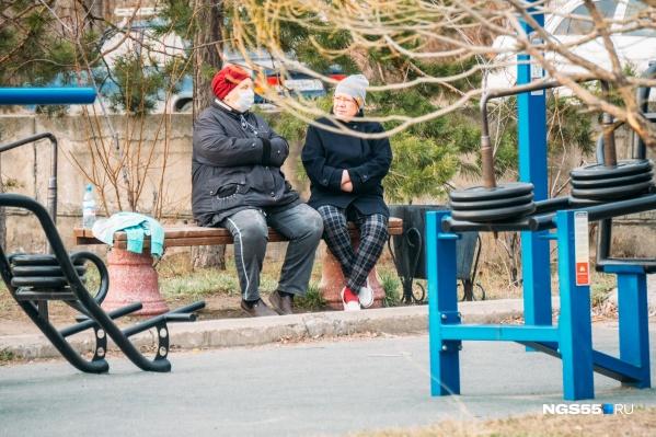 Пенсионеры входят в группу риска. Им вообще нежелательно выходить из дома
