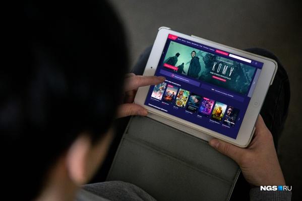 В то время как массовые мероприятия отменяются и не рекомендуются походы в кино или ещё куда-то, онлайн-кинотеатры раздают доступ к своим фильмам