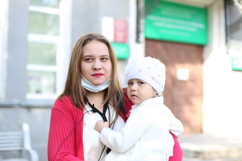 Юлия с Ариной спустя три месяца после выписки из больницы