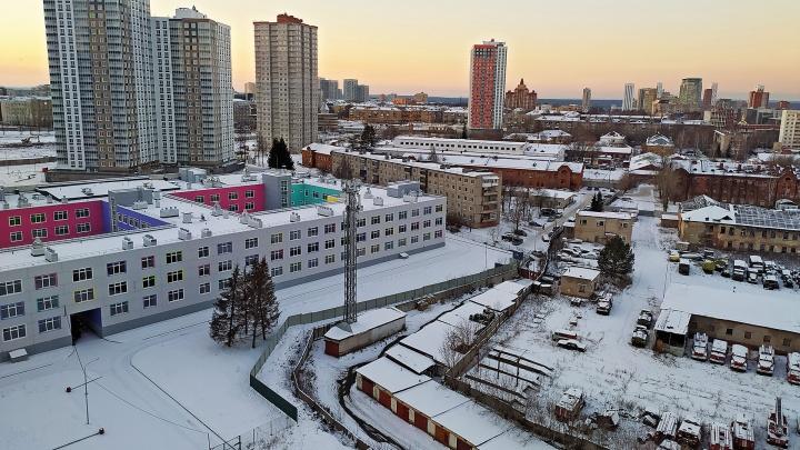 В суде начали рассматривать дело о школе в Красных казармах — ее построили, но не отдают городу. Подробности с заседания
