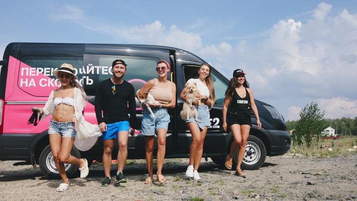 Пять блогеров со смартфонами и собака: скорость мобильного интернета проверили на самом «инстаграмном» озере