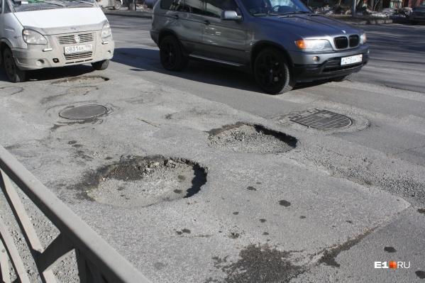 Убирать ямы на дорогах Екатеринбурга начнут в середине мая