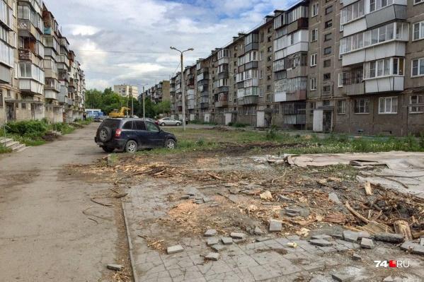 Во дворе на Гончаренко не осталось ни одного взрослого дерева